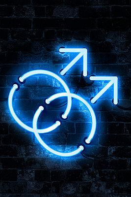 Blaues Neonlicht,  homosexuelle Symbolik - p1280m2291207 von Dave Wall