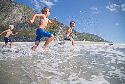 Fröhliche Kinder am Strand - p816m1032257 von Bjørholt, NilsErik