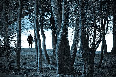 Frau in einem Wald am Rheinufer - p979m1129251 von Kosa