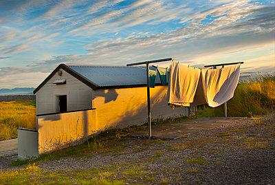 Wäsche vor einem einsamen Haus - p1693m2291268 von Fran Forman