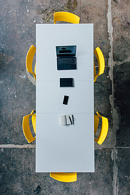 Conference table seen from above, tablet, smartphone, laptop and notebook - p300m1536166 by Joseffson