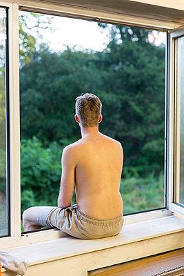 Auf dem Fensterbrett sitzen - p497m903871 von Guntram Walter