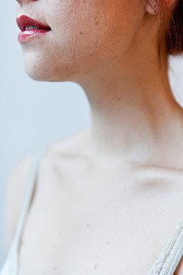 Junge Frau mit Lippenstift - p8000132 von Emma McIntyre