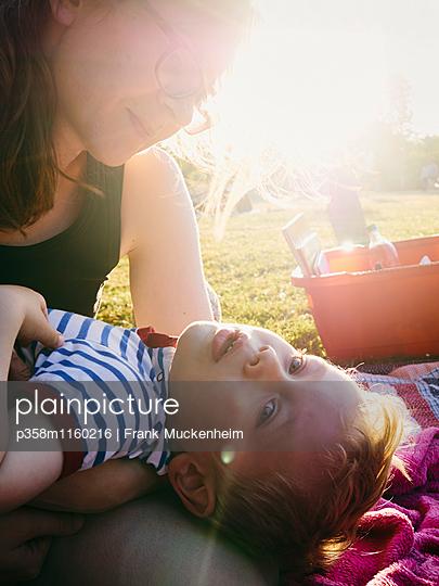 Picknick im Sonnenuntergang - p358m1160216 von Frank Muckenheim