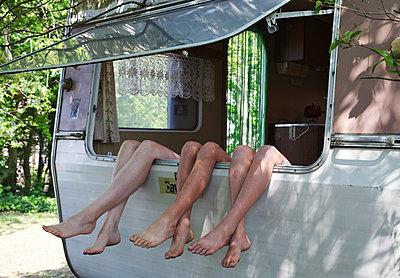 Family relaxing in a caravan - p1231m2184714 by Iris Loonen