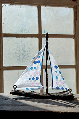 Schiffchen aus Strandgut - p451m1134290 von Anja Weber Decker