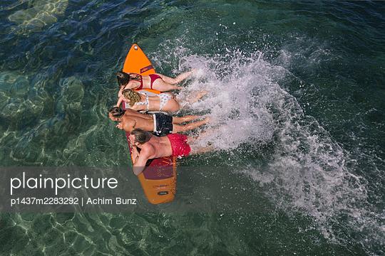 Planschen auf dem Surfbrett - p1437m2283292 von Achim Bunz