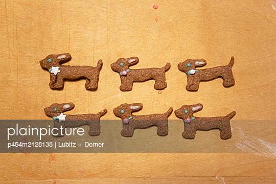 Six sausage dogs - p454m2128138 by Lubitz + Dorner