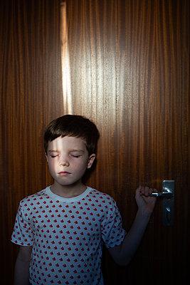 Junge Portrait Lichtstrahl - p1308m2297885 von felice douglas