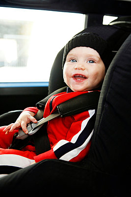 A girl sitting in a car safety-seat Sweden - p31222971f by Josefine Bolander