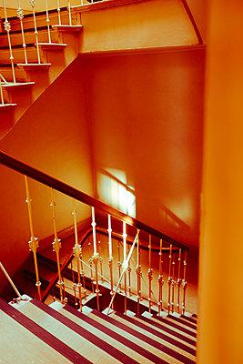 Düsteres Treppenhaus - p432m1528461 von mia takahara