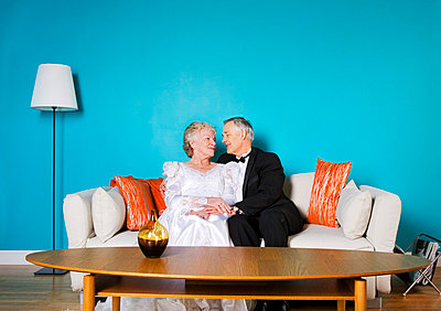 Senior bride and groom in living room - p4427521f by Design Pics