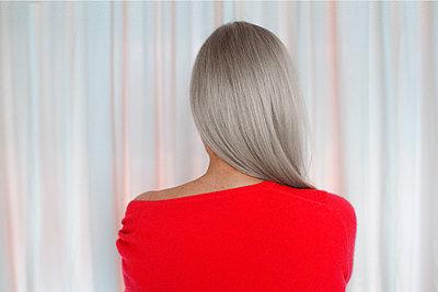 Rückansicht grauhaarige Frau in Rot - p608m2157683 by Jens Nieth