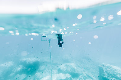 Motorboat, ships propeller underwater - p713m2289270 by Florian Kresse