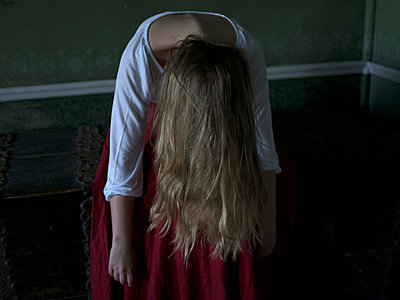 Woman leaning forward - p945m1154655 by aurelia frey