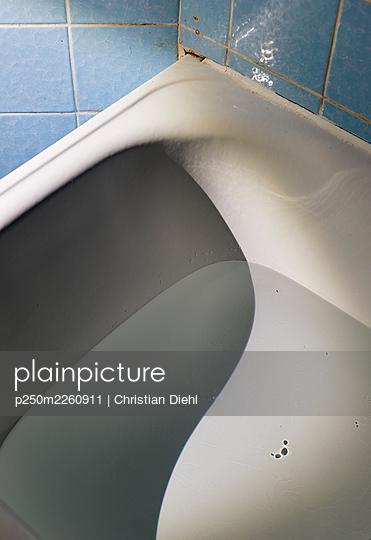 Empty bathtub - p250m2260911 by Christian Diehl