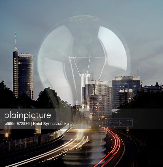 Gigantische Glühbirne über einer Stadt, Composing - p586m972996 von Kniel Synnatzschke