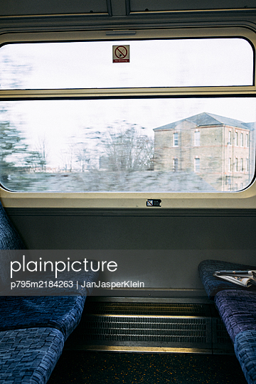 View out of the window of a train in England - p795m2184263 by JanJasperKlein