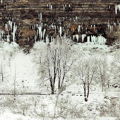 Eiszapfen an einer Felswand, Niagarafälle im Winter - p1542m2173607 von Roger Grasas