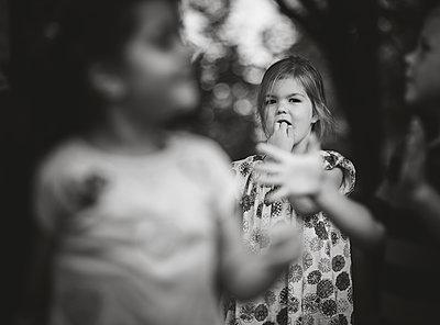 Mädchen im Hintergrund - p1602m2175969 von Frisch Fotografie