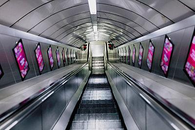 UK, England, London, Empty escalator in railroad station - p300m2221250 by Manu Reyes