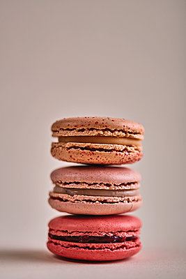 Macarons stacked, copy space - p1166m2108104 by Cavan Images