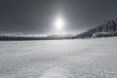 Zwei junge Menschen rennen durch den Schnee  - p1455m1574496 von Ingmar Wein