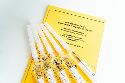 Five syringes and a vaccination certificate, Covid-19 - p1625m2247468 by Dr. med.