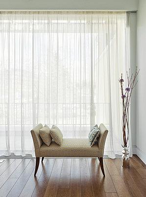 Sitzbank am Fenster in Wohnhaus - p390m1050197 von Frank Herfort