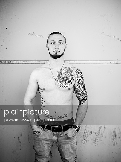 Man with tattoos on bare chest - p1267m2263401 by Jörg Meier