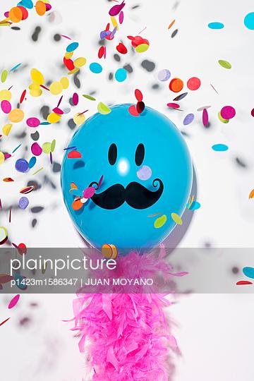 plainpicture - plainpicture p1423m1586347 - happy father's day - plainpicture/JUAN MOYANO