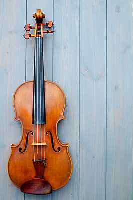 Beautiful violin on blue wooden boards - p1228m1162692 by Benjamin Harte