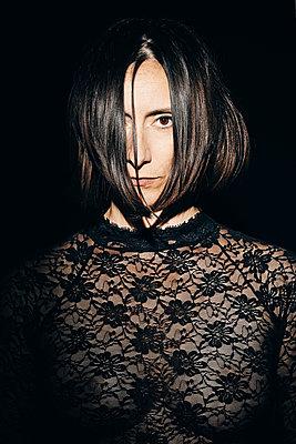 Schwarzhaarige Frau im Dunkeln - p1540m2108979 von Marie Tercafs