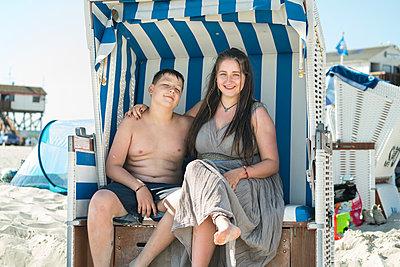 In beach chair - p427m1515719 by Ralf Mohr