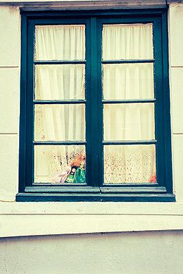 Puppen auf Fenstersims - p432m951846 von mia takahara