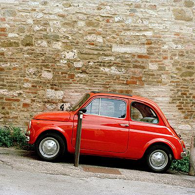 Roter Fiat - p949m658327 von Frauke Schumann