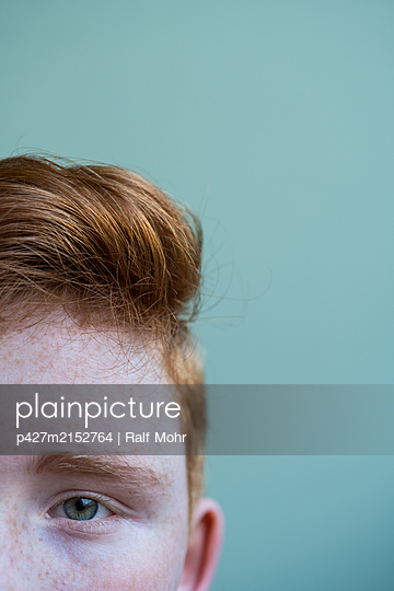 Red-haired girl - p427m2152764 by Ralf Mohr