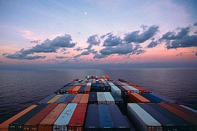Containerschiff unterwegs - p1099m1516221 von Sabine Vielmo