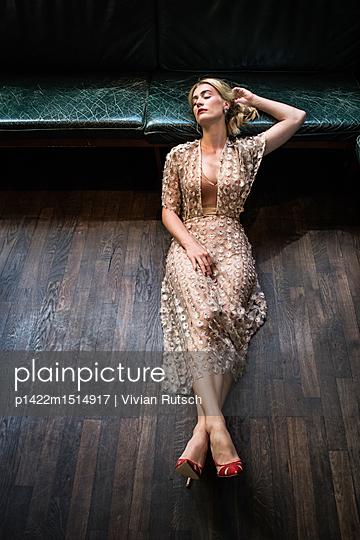 Elegante Frau beim Nickerchen - p1422m1514917 von Vivian Rutsch