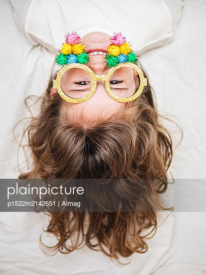 Kleines Mädchen mit Verkleidungsbrille - p1522m2142651 von Almag