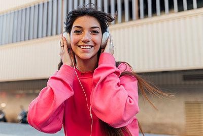 Teenager girl street lifestyle, Seville, Spain - p300m2282104 von Julio Rodriguez