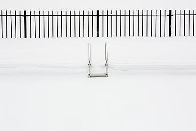 Schwimmbad im Winter - p919m1109539 von Beowulf Sheehan