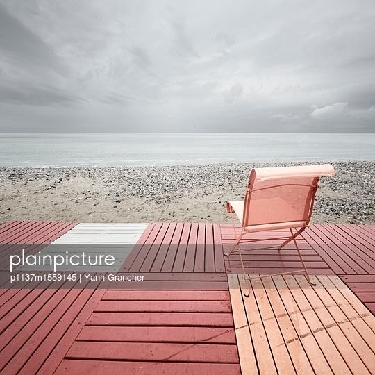 Stuhl am Strand - p1137m1559145 von Yann Grancher