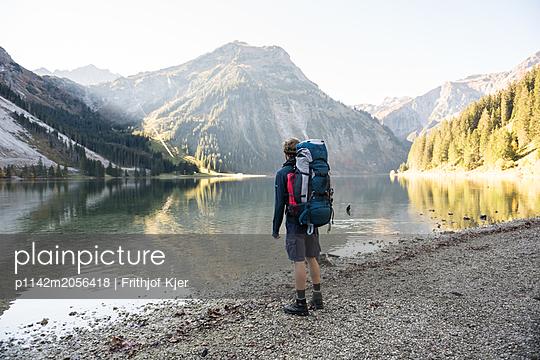 Junger Wanderer an Bergsee - p1142m2056418 von Runar Lind