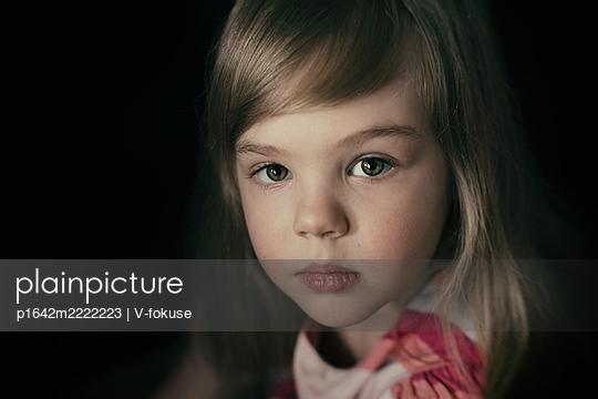 Porträt eines blonden Mädchens - p1642m2222223 von V-fokuse