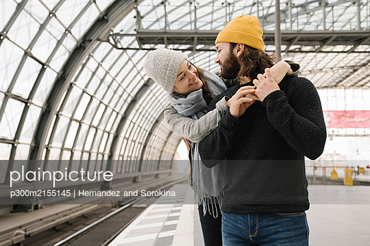 Happy young couple at the station platform, Berlin, Germany - p300m2155145 by Hernandez and Sorokina
