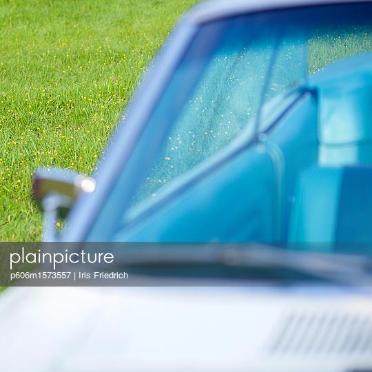Oldtimer Cabrio auf Frühlingswiese - p606m1573557 von Iris Friedrich