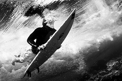 Surfer underwater - p416m1057025 by Andy Fox