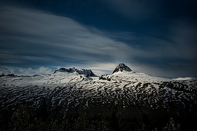 Snow-capped mountain peaks, Rocky Mountains, Alaska, USA - p741m2168722 by Christof Mattes