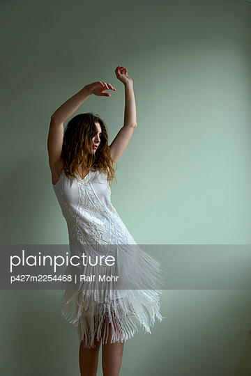 Dancing woman - p427m2254468 by Ralf Mohr